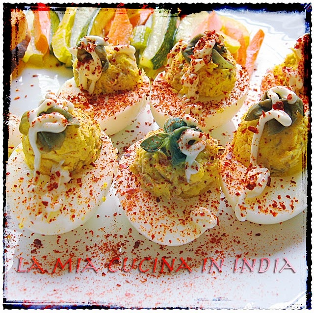 Uova alla diavola e insalata croccante di verdure scottate in vino e aceto