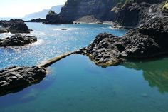 Madeira Urlaub: Sehenswürdigkeiten, Strände & Wandern - via Ferien-Welten 01.04.2015 | 950 Kilometer südwestlich von Lissabon erhebt sich die grüne Spitze des Pico Ruivo Vulkans 1862 Meter über den Atlantischen Ozean. Dieses imposante Grün formt die beinahe paradiesische Insel Madeira. Schon kurz nach der Ankunft auf dem kleinen Flughafen nahe der Hauptstadt Funchal taucht man ein in das idyllische Inselleben, das seines Gleichen sucht.