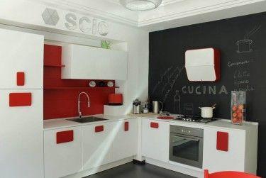 Modello Solobianco lucido con maniglie laccate rosso lucido. www.ogarredo.com #arredamento #cucina #interiordesign