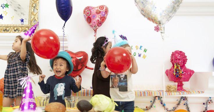 Ideas de fiestas de cumpleaños de interior en invierno para niños de 3 años. Un cumpleaños de invierno limita las opciones para una fiesta de cumpleaños, especialmente para niños de 3 años, pero todavía hay opciones disponibles para las fiestas que se desarrollen en el interior. Las fiestas más pequeñas o las que alquilan un espacio pueden compensar el hecho de que es en el interior manteniendo la fiesta divertida. ...