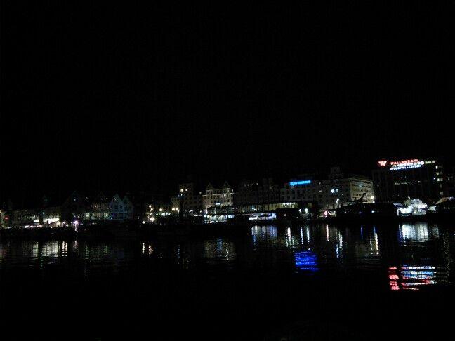 Bergen havn nocą