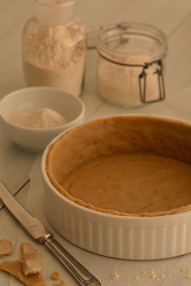 Het boekweit- en quinoameel geven dit glutenvrije korstdeeg een warme, diepe smaak. Het resultaat is een heerlijk kruimelige taartbodem.