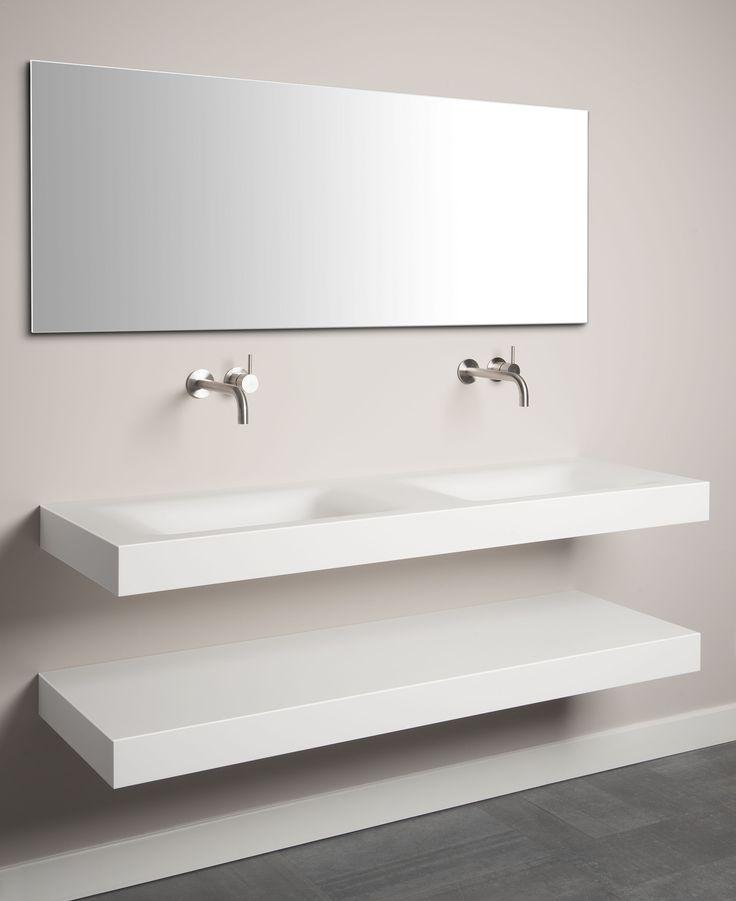 Dubbele wastafel in combinatie met een legplank, beide uitgevoerd in Corian by Tiz Design.