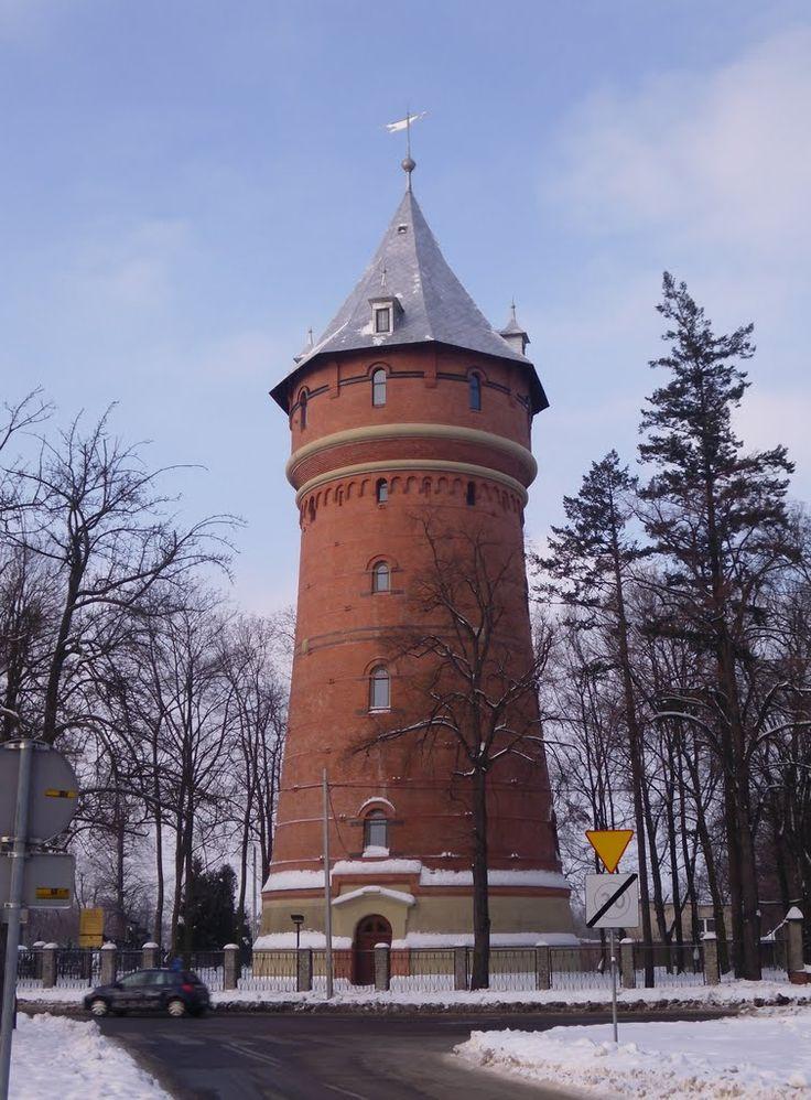 Wieża ciśnień w Oleśnicy wybudowana w latach 1896-1898 wraz z nowym zakładem wodociągów. Autorem projektu wieży i zakładu wodociągowego był Królewski Radca Budowlany inżynier Adolf Thiem z Lipska.