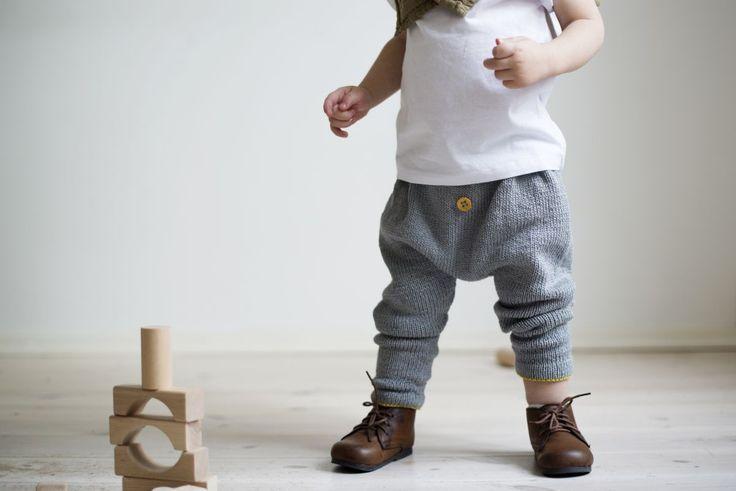 Baggy vår: De kuleste vårbuksene til ungene lager du selv! (Eller får farmor til å gjøre det). Ministrikks baggy bukser kan strikkes i deilig, slitesterk og vaskbar bomull/silke for sommermånedene, og i myk merinoull til høsten igjen. På pinne 4, størrelser 3 mnd - 8 år.