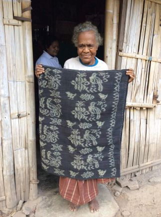 Tubular Ikat Sarong from Kewapante, Maumere, Flores. Woven and dye by Feliksia Luber. Look at how proud she is. #Cotton #Handspun #Naturaldyeing #Indigo