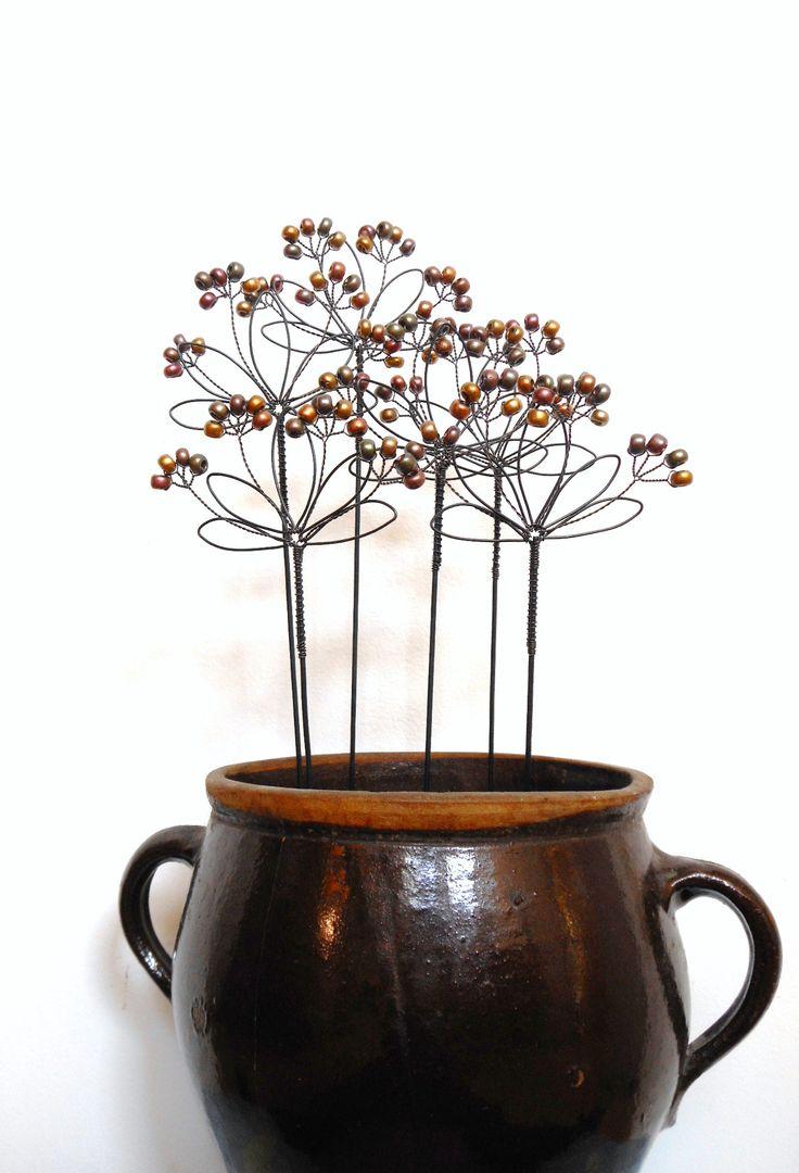 Všedobr - zápich Zápich je vyroben ze žíhaného drátu, který je dozdoben skleněnými korálky. Velikost celého květenství je cca 11x7cm, délka celého zápichu je cca37cm. Zápich můžete použít nejen do květináčů, ale i do suchých vazeb. Cena za kus. Drát je ošetřen proti korozi, ve velmi vlhkém prostředí může chytit patinu rzi.