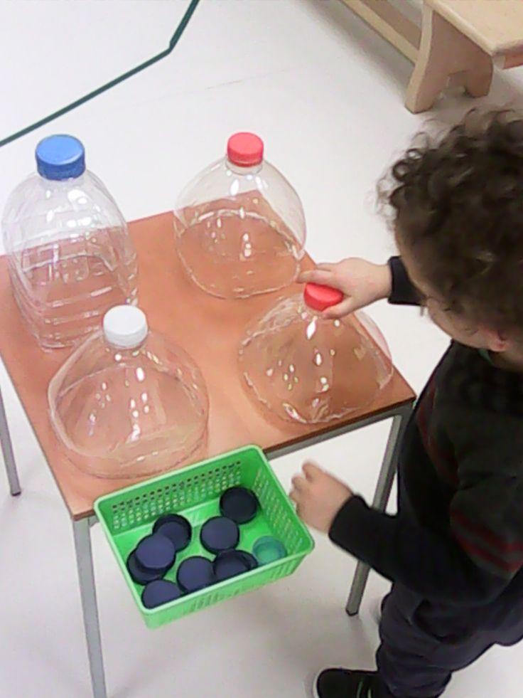Taula amb ampolles per desenvolupar la destresa motriu