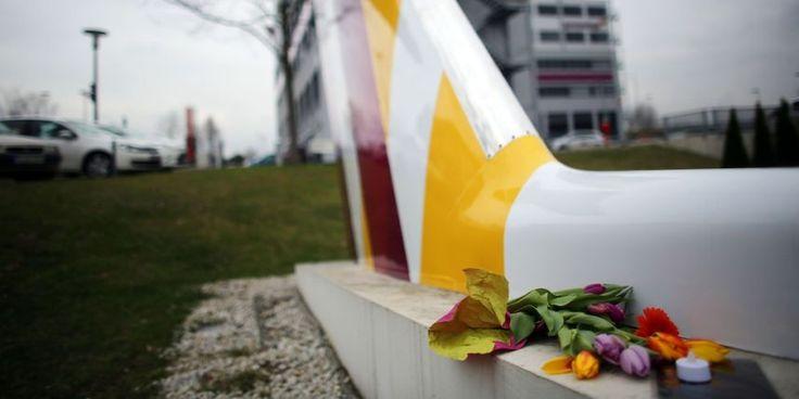 Hommage aux victimes du crash de l'A320, à l'aéroport de Cologne, en Allemagne.