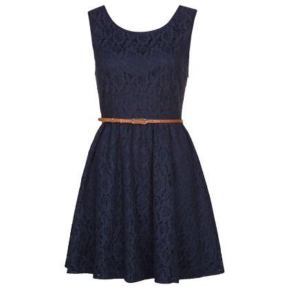 Superschönes dunkelblaues Kleid von Yumi. Die Kombination aus Gürtel und Spitze kommt einfach immer toll! ♥ ab 59,95 €
