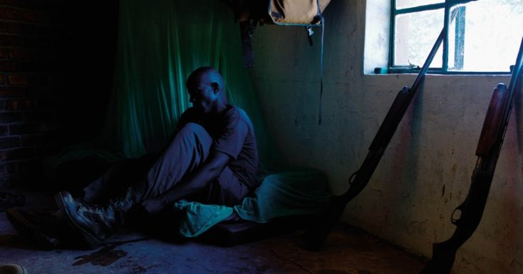 """Um guarda florestal se prepara para patrulhar no Zimbábue. A foto está entre as imagens feitas pelo fotógrafo brasileiro Érico Hiller para seu livro """"A Jornada do Rinoceronte"""". Hiller diz que quer conscientizar a população sobre a preservação das cinco espécies de rinocerontes que ainda são encontradas no planeta.   Fotografia: Érico Hiller /  Divulgação.  http://noticias.uol.com.br/meio-ambiente/album/2016/03/27/contra-a-extincao-livro-expoe-bastidores-da-caca-de-rinocerontes.htm#fotoNav=4"""