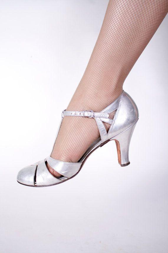 Vintage 1930s Shoes - Gorgeous Metallic Silver T-Strap Heels Wedding Bridal Shoes Size 8 N - Platinum