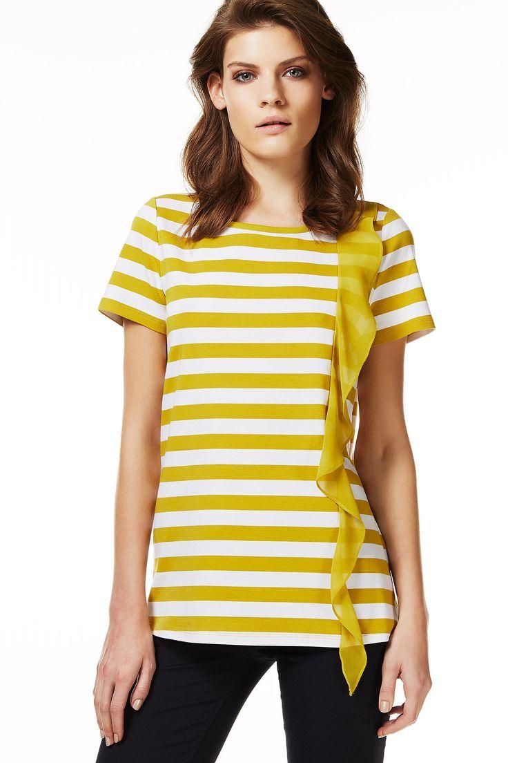 Le righe orizzontali aiutano ad allargare le spalle e anche la rouche laterale contribuisce al risultato. Il colore è senape, un colore caldo perfetto per la tua carnagione. Da abbinare a pantaloni chiari, jeans o gonna a ruota.
