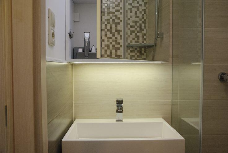 Tükör mögött szekrény a fürdőben