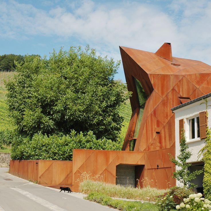#Architectour Musel II 22: #Remerschen – Maison unifamiliale Ce projet apparait comme une réinterprétation formelle de la maison traditionnelle amplifiée par l'utilisation du matériau de façade : l'acier Corten.  Architectes: VALENTINY HVP ARCHITECTS SARL Photographe: Eloi Fromangé-Gonin