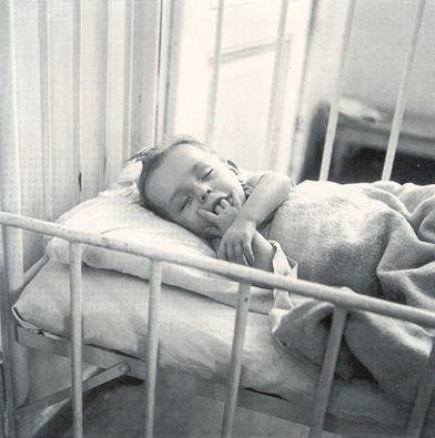 ΔΗΜΟΤΙΚΟ ΒΡΕΦΟΚΟΜΕΙΟ ΑΘΗΝΩΝ, 1947-1950. ΕΝΑΣ ΠΙΤΣΙΡΙΚΑΣ ΚΟΙΜΑΤΑΙ ΣΤΟ ΔΗΜΟΤΙΚΟ ΒΡΕΦΟΚΟΜΕΙΟ - ΦΩΤΟΓΡΑΦΙΑ ΒΟΥΛΑ ΠΑΠΑΙΩΑΝΝΟΥ