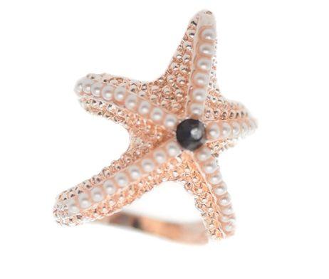 Morská hviezdica je nádherný prstenec v tvare hviezdice. Hviezdica je vyzdobená bielymi kamienkami a pripomína reálnu morskú hviezdicu. Táto ozdoba na šatky a šály spraví z Vašej šatky jedinečný dizajn. Táto ozdobná hviezdica pôsobí slávnostným dojmom. Ozdoba má na zadnej strane dva prstence pomocou ktorých prevlečiete Vašu šatku alebo šál. http://www.luxusne-doplnky.eu/