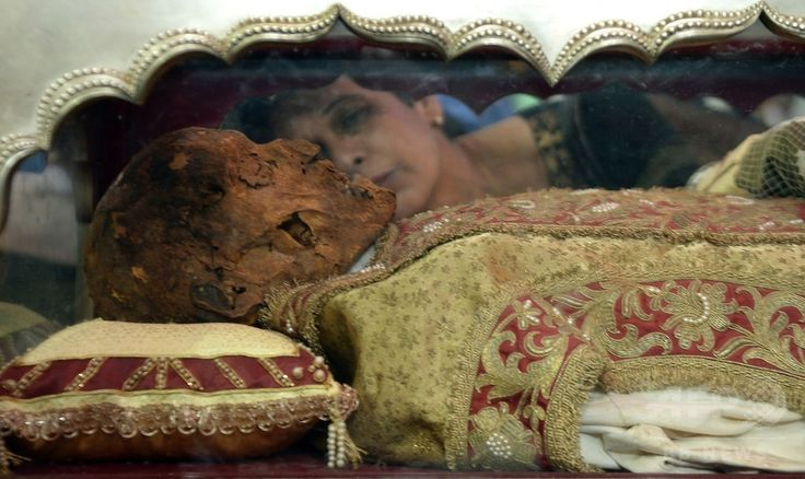 インド・ゴア(Goa)州のセ大聖堂(Se Cathedral)で、イエズス(Jesuit)会宣教師フランシスコ・ザビエル(Francis Xavier)の遺体を納めたひつぎにキスをするインドのキリスト教徒(2014年11月22日撮影)。(c)AFP/PUNIT PARANJPE ▼23Nov2014時事通信|10年ぶり、ザビエルの遺体公開=インド http://www.jiji.com/jc/zc?k=201411/2014112300019 #Francis_Xavier #Francisco_Javier #Francisco_de_Xavier #Frances_de_Jasso #Old_Goa ◆Francis Xavier - Wikipedia http://en.wikipedia.org/wiki/Francis_Xavier