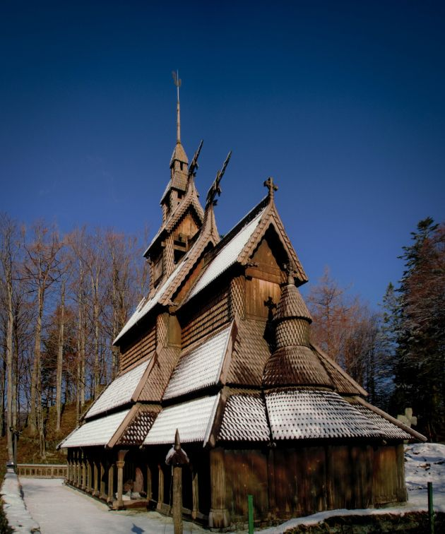 Whilst out in the Nesttun area of the city a few days ago I took the chance to return to one of my favourite places in Bergen, the Fantoft Stave Church. I'd never been there before on a snow…
