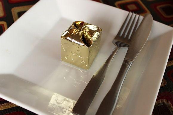 Caixinha laminada dourada tipo trevo.  Tamanho aproximado 4cm x 4xm 4cm  Temos disponibilidade na cor prata e branca. R$ 0,77