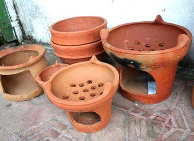 ANGLO termasuk peralatan gerabah yang terbuat dari tanah liat. Penmbuatannya pun tidak terlalu rumit bagi perajin yang sudah biasa membuatnya. Karena tidak banyak mengalami proses atau tahapan. Setelah melalui pencetakan tradisional, anglo dikeringkan di bawah terik matahari. Setelah kering tentunya dibakar