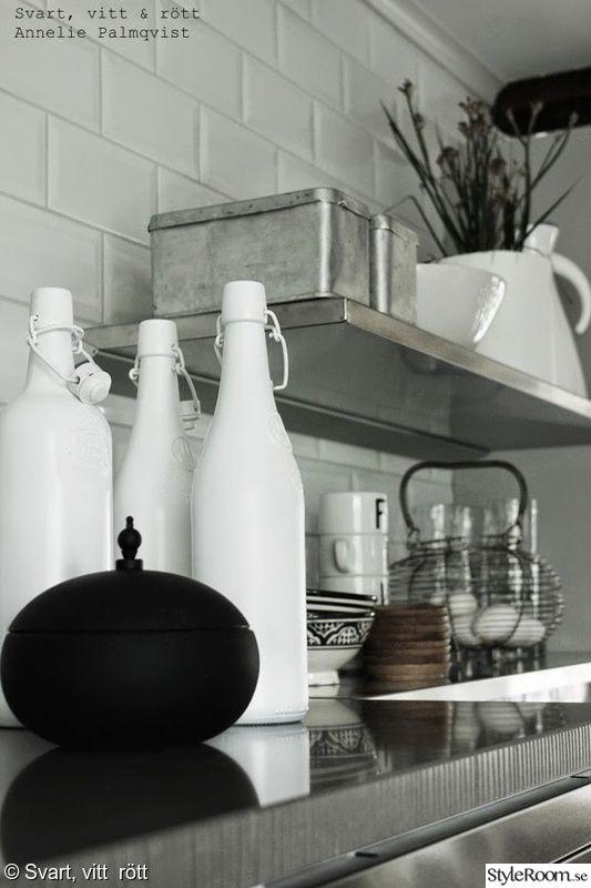 vita flaskor,spraymålat,hyllor,rostfritt,äggkorg