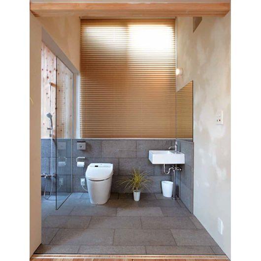 バスルームは天然御影石を使った現場施工です。本物の素材の持つ贅沢さはユニットバスでは得られないものがあります。