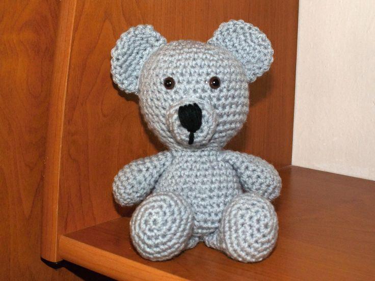 Medvídek je háčkovaný z příze  - Glorie, plněný umělým kuličkovým rounem. Je 13cm veliký. Oči jsou bezpečnostní. Končetiny nepohyblivé.