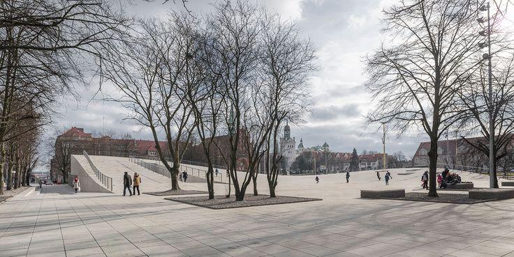 centro para el diálogo «Przelomy» en la plaza Solidarność, en Szczecin (Polonia), de Robert Konieczny (KWK Promes). Photograph © Juliusz Sokolowski