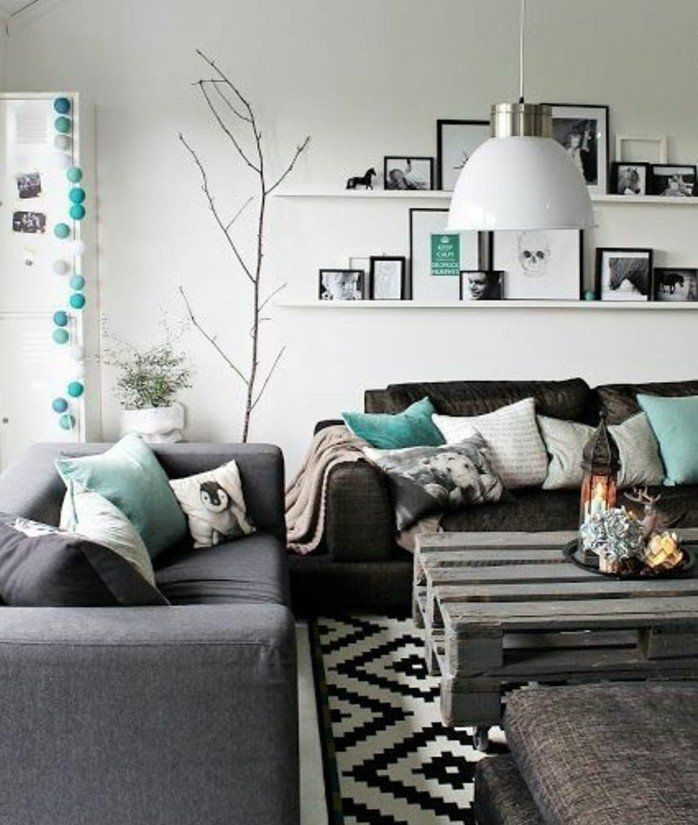 superbe idée déco salon en gris et blanc, couleur peinture salon blanche, canapé gris, table en palette rétro, quelques touches de turquois