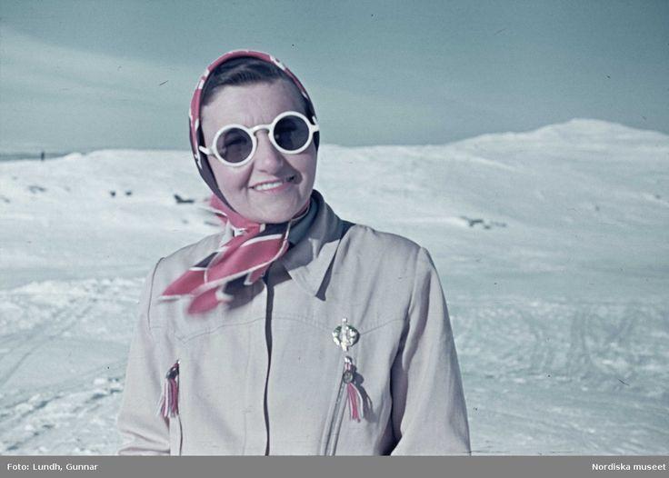 Skidåkning, 1941. Kvinna med huvudduk och runda solglasögon. Fotograf: Gunnar Lundh