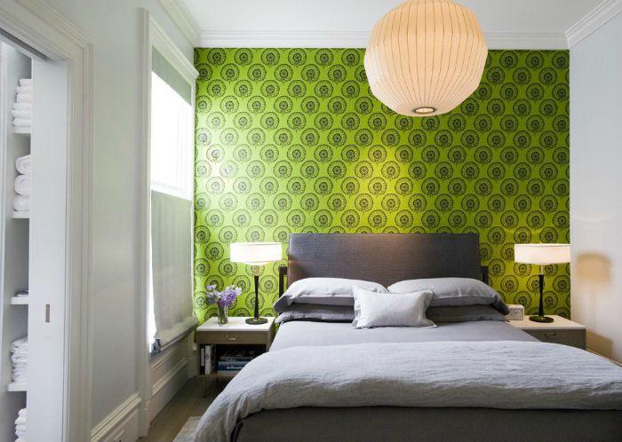Зеленая стена в изголовье кровати.