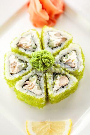 Sushi Maki Rolls con el at n frito pepino y queso crema dentro Tobiko fuera Foto de archivo