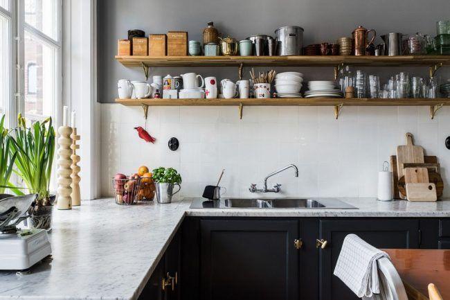 Угловая кухня в скандинавском стиле с открытыми полками и рабочей зоной у окна