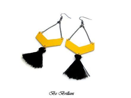 • Boucles d'oreilles très légères, pendantes composées de chaîne boule gunmétal, de chevrons en cuir d'agneau jaune moutarde et beige clair irisé or sur l'envers. Elles so - 19837725