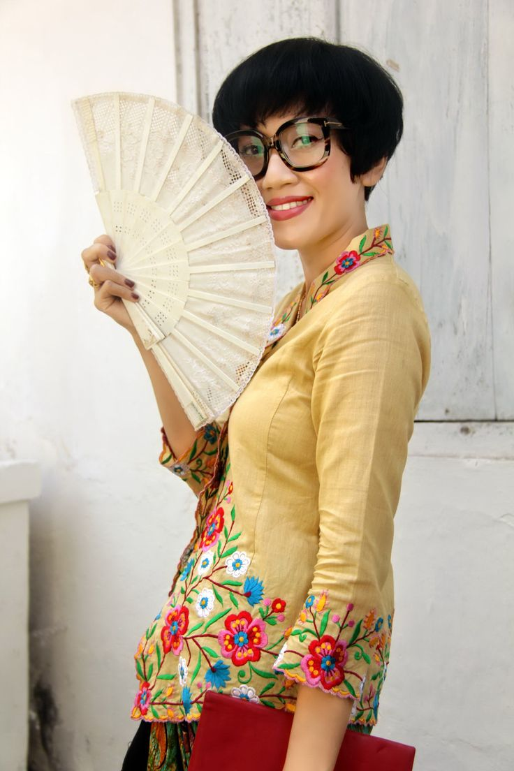 ..wearing Batik Amarillis's sugar & spices kebaya in Polish floral vintage embroidery on linen & batik wonogiren in Ladybug series also Tom ford glasses  .A kebaya is a traditional blouse-dress that originates from Indonesia It is sometimes made from sheer material adorned with brocade or floral pattern embroidery. A kebaya is usually worn with a sarong or batik kain panjang in colorful motif. The kebaya is the national costume of Indonesia's women.