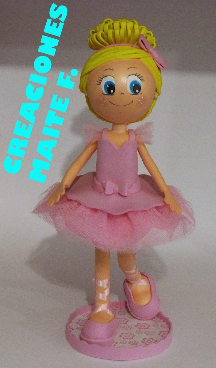 Muñeca fofucha con traje de ballet.  Vestida con un bonito traje de ballet con tutu rosa y sus zapatillas de ballet.  Mide unos 30 cm. de a...