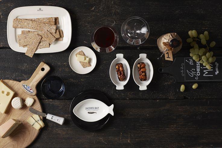 Vrijdagavond staat voor vrienden, hapjes, drankjes en vooral heel veel gezelligheid. Vind de mooiste producten voor de gezelligste borrel: https://www.tafelenkeuken.nl/dutch-rose-zwart-wit-kaasplank-zwart-35-x-10-cm.html