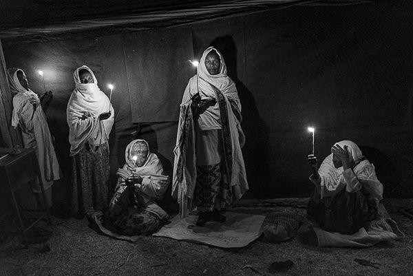 Etiopia, tra fede e mistero: Axum, donne durante la veglia di preghiere che durerà tutta la notte e che culminerà il giorno dopo nella benedizione delle acque.