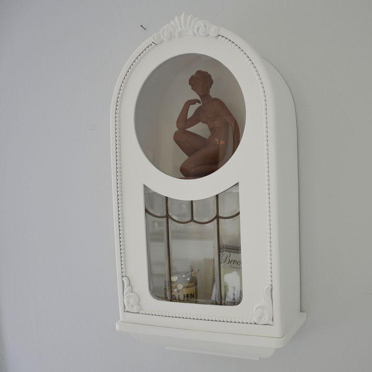 Ljuvligt väggskåp med blyinfattat glas