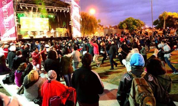 San Fernando celebró el Día de la Patria con el gran show del dúo Orellana-Lucca