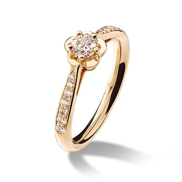 肌なじみのよい、温かみのあるピンクゴールドが、花嫁の指を優美に彩る。 *エンゲージリング 婚約指輪・シャネル*