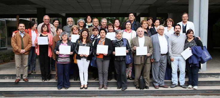 A la salida de la ceremonia y en el frontis de la Facultad, el grupo de estudiantes posa con sus respectivos certificados.