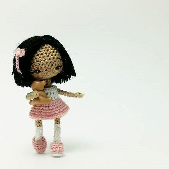"""#ami_dolls_story """"Женщина должна быть красивой! - бормотала Ясмин, приглаживая короткие волосы. - """"Как принцесса!"""" Девочка отошла от зеркала и закружилась - новое платье было и впрямь как у принцессы 👗👑 В садике сегодня отмечают Праздник Осени, и Ясе предстоит танцевать. И не какой-то там танец маленьких утят, а настоящий вальс! С мальчиком! Так волнительно... Малышка взяла своего плюшевого медвежонка, закрыла глаза и полетела по комнате. """"Ииии ррраз два три, ррраз два три, рррраз два…"""