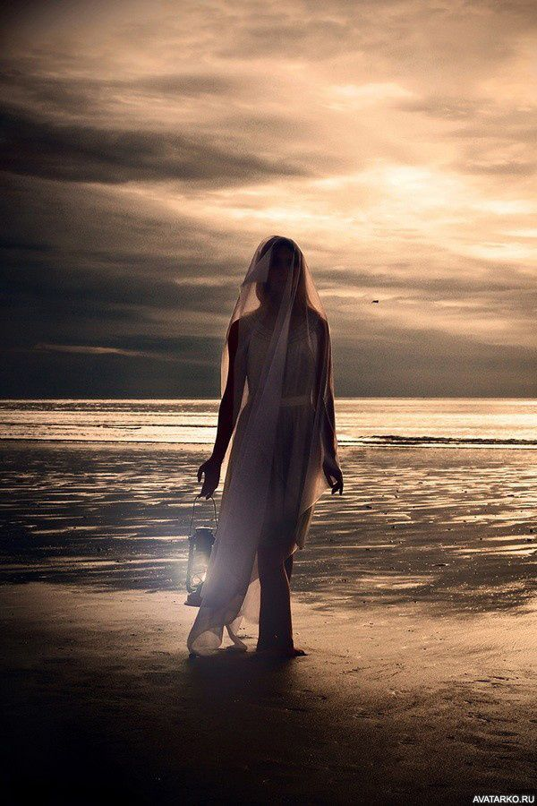 Девушка идёт по берегу с фонарём в руке — Картинки для ...
