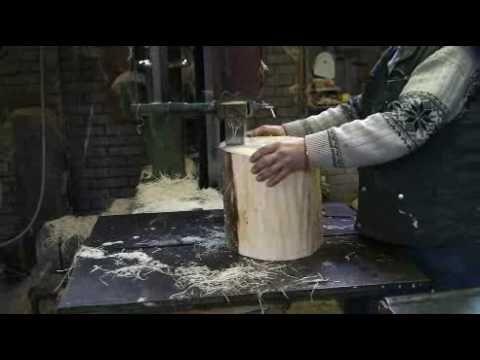 ▶ Klompenmaker Ten Hagen laat zien hoe je klompen maakt - YouTube