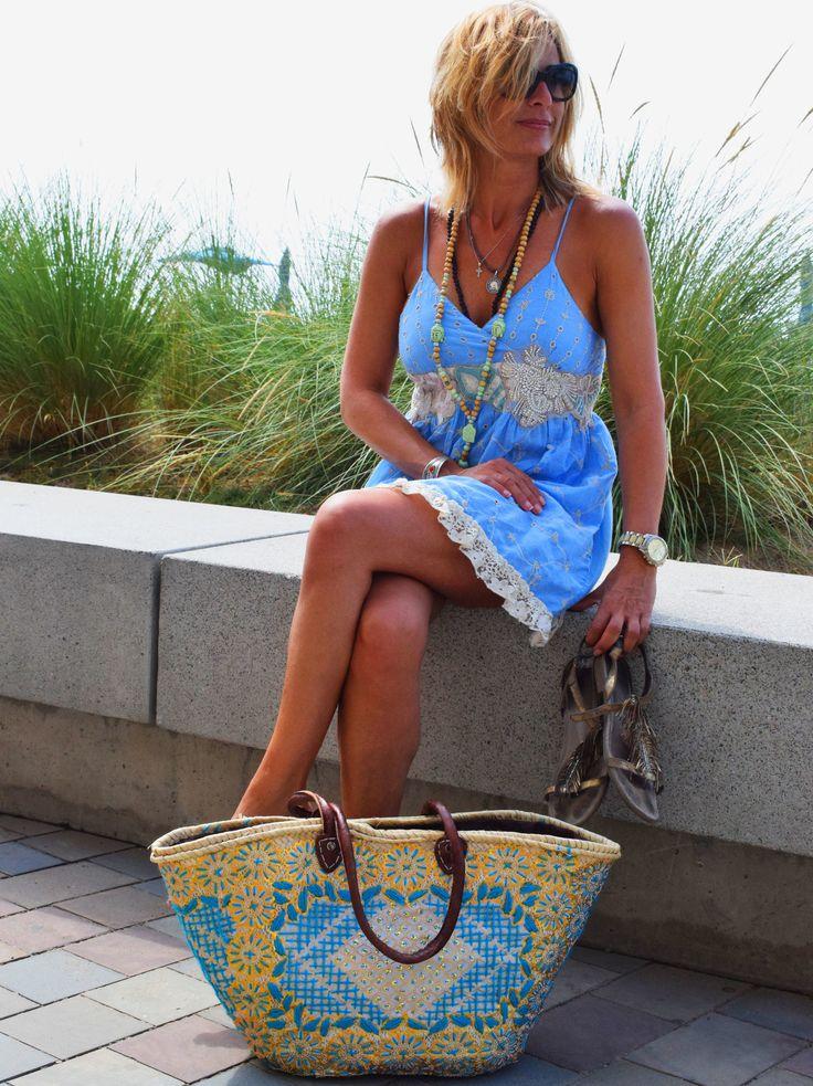 Vestido para mujer escote cruzado de tirante fino con bordados y flecos en las parte inferior de  estilo hippie-chic. Con blonda y bordados y encaje en el escote, de estilo boho. Atuendo perfecto para zonas de playa de estilo casual boho-chic.