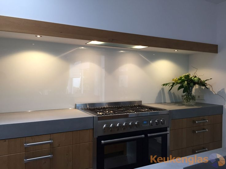 Deze witte keuken achterwand van glas is gemaakt in een hoekhuis in Goirle. De combinatie van kleuren is erg mooi: hout, grijstinten, wit en zwart. Zie hieronder hoe de keuken in Goirle eruit zag voor de plaatsing van deze mooie keuken achterwand. #backsplash #splashback #keukenglas #glazenachtrewand #achterwandglas #keukenachterwand #spatwand #kitchenglass