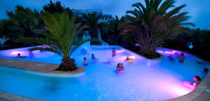 Yelloh! Village Les Mouettes - Avec son grand toboggan, ses piscines chauffées, sa rivière tropicale, sa balnéothérapie... Les Mouettes sait plaire à tout le monde ! Plus d'infos : http://www.yellohvillage.fr/camping/les_mouettes/espace_baignade