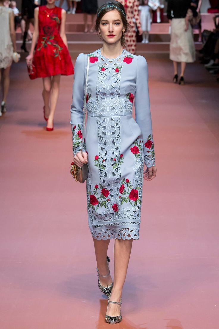 Observo a forma reta do vestido, que valoriza o corpo da mulher, e é sensual mesmo sendo midi e de mangas compridas.